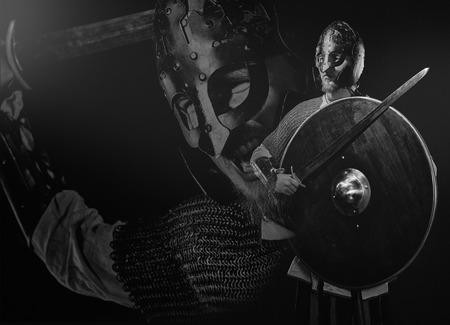 rycerz: Średniowieczna zbroja rycerza z miecz, hełm i tarczę, czarno-biały obraz Zdjęcie Seryjne
