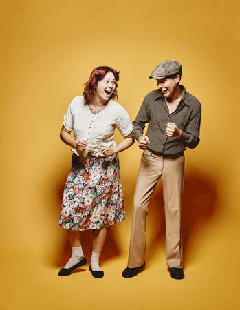 gente bailando: Pareja y mirada tema de 70, fondo amarillo