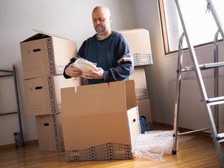 Menschen bewegen Haus, Mann Dichtungsplatten