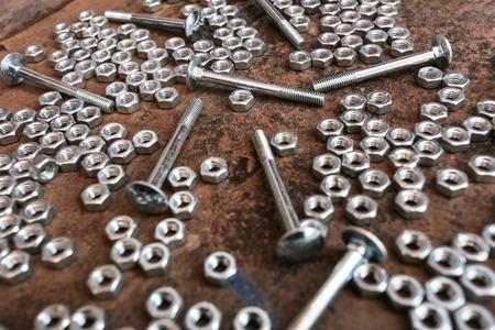 tuercas y tornillos: Tuercas, tornillos, llaves en la mesa de metal viejo Foto de archivo