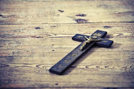 pasqua cristiana: Bella vecchia croce con Ges? sul vecchio pavimento di legno
