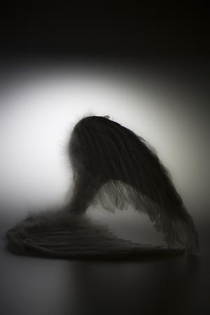 グロー - と白い背景の上の天使の羽堕天使のように見える