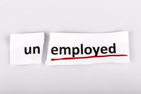 empleadas: La palabra desempleados cambiado a empleados en el papel rasgado y el fondo blanco