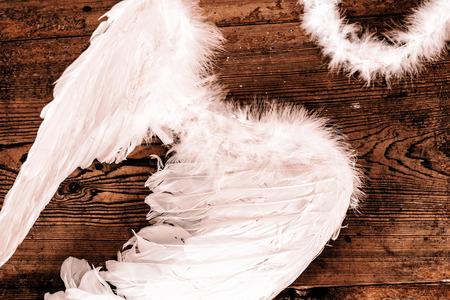 ange gardien: ailes d'ange sur le plancher en bois - r�tro