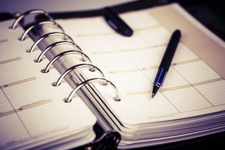 calendrier: cuir ex�cutive de luxe organisateur personnel ou un planificateur sur fond blanc