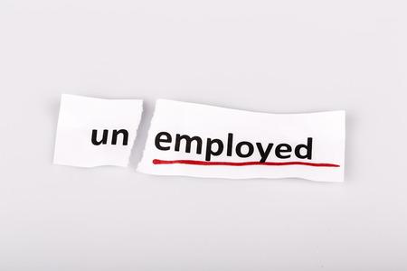 empleadas: La palabra desempleados cambiado a empleado en el papel rasgado y blanco Foto de archivo