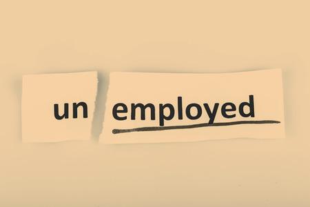 empleadas: La palabra desempleados cambiado a empleado en el papel rasgado y el fondo blanco
