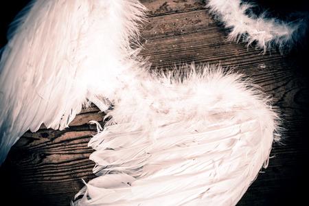 レトロな木製床の天使の羽 写真素材