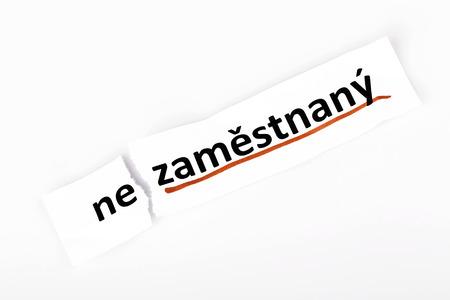 empleadas: La palabra desempleados cambiado a empleado en el papel rasgado y el fondo blanco en idioma checo Foto de archivo