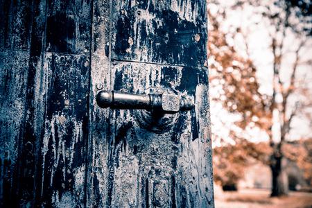 rejas de hierro: Mango negro viejo Retro puerta de acero Foto de archivo
