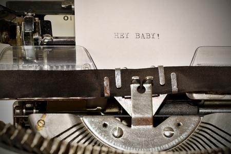 comunicaci�n escrita: Carta con un t�tulo Hey Baby escribe en vieja m�quina de escribir