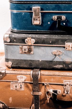 maleta: hermosas viejas maletas azules y marrones - estilo retro