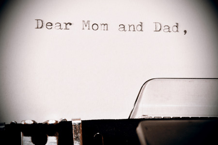 maquina de escribir: Carta con un t�tulo Queridos pap� y mam� escribi� en la vieja m�quina de escribir