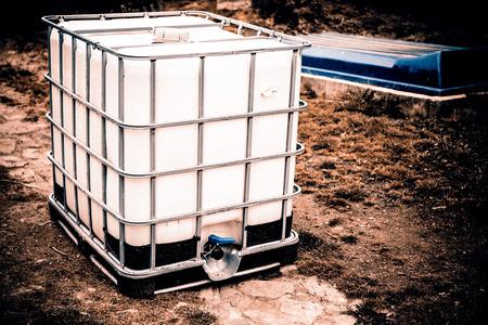 dep�sito agua: tanque de agua blanca en el patio de su casa