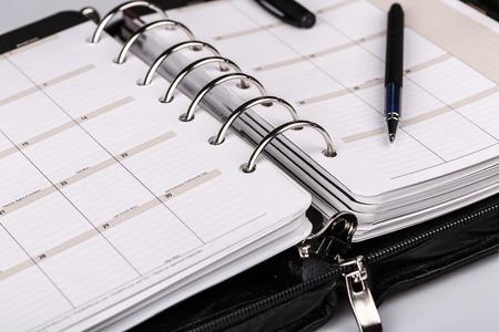 calendario escolar: director de cuero de lujo organizador personal o planificador sobre fondo blanco