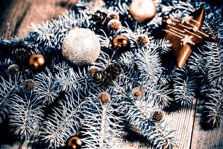 arbol de pino: decoración de Navidad - rama verde sobre el suelo de madera Foto de archivo