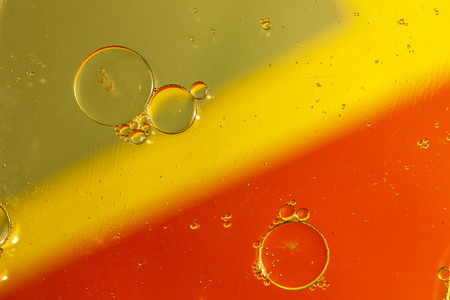 huile: Oil drops on a water surface with color background