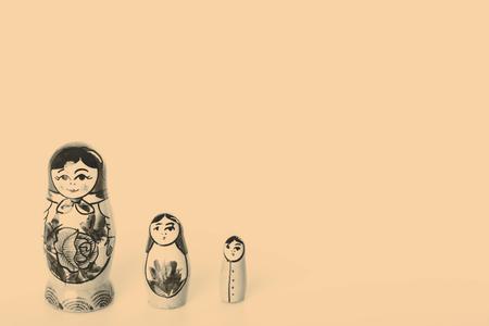 muñecas rusas: Hermoso Muñecas rusas Matryoshka Aislado en un fondo blanco Foto de archivo