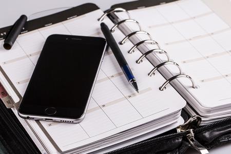 planifier votre avenir et d'affaires - calendrier, planificateur, téléphone portable et un stylo
