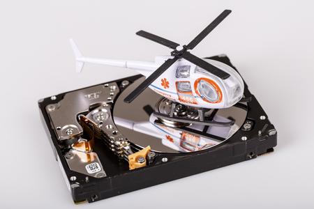 disco duro: Ambulancia helicóptero o helicóptero en disco duro o hdd - respaldo de datos, concepto de seguridad y rescate Foto de archivo