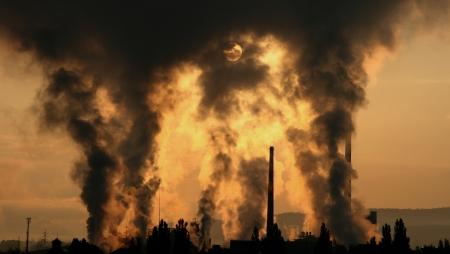 ruzomberok: La contaminaci�n del aire en la ciudad de f�brica Mondi Ruzomberok, Eslovaquia Foto de archivo