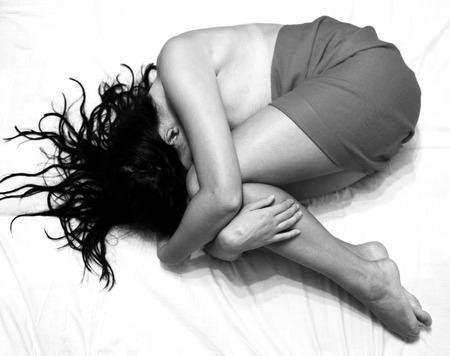 Depressieve meisje op het bed