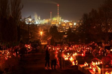 ruzomberok: RUZOMBEROK, Eslovaquia - 01 de noviembre D�a de Muertos en el cementerio de la ciudad de Ruzomberok el 1 de noviembre de 2013, de Ruzomberok