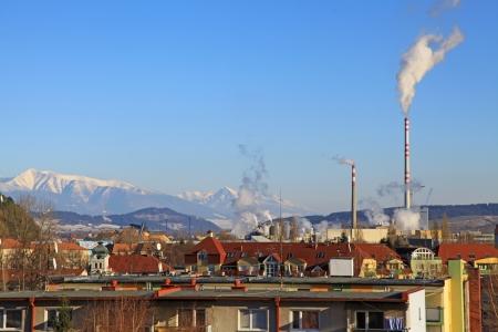 Fabriek luchtvervuiling Mondi in stad Ruzomberok, Slowakije