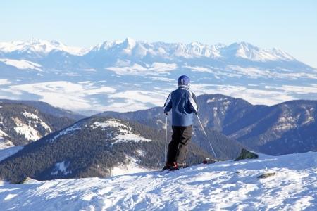 Skiër op de heuvel Chopok in Lage Tatra, Slowakije