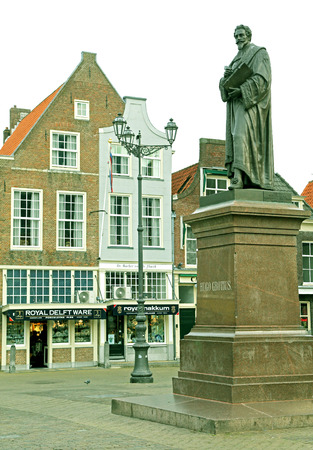 dweling: DELFT, NETHERLANDS - APRIL 2: Statue in the centre of the city Delft on April 2, 2014 in Delft