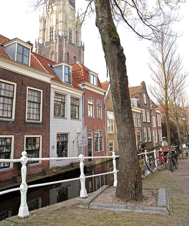 dweling: DELFT, NETHERLANDS - APRIL 2: Water canal in the centre of the city Delft on April 2, 2014 in Delft Editorial