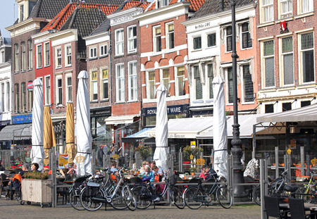 dweling: DELFT, NETHERLANDS - APRIL 2: Centre of the city Delft on April 2, 2014 in Delft