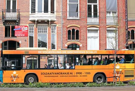 dweling: AMSTERDAM, NETHERLANDS - APRIL 3: Bus transportation in the city Amsterdam on April 3, 2014 in Amsterdam