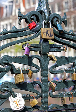 dweling: AMSTERDAM, NETHERLANDS - APRIL 3: Locks on bridge in city Amsterdam on April 3, 2014 in Amsterdam