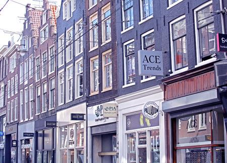dweling: AMSTERDAM, NETHERLANDS - APRIL 3: Shops in city Amsterdam on April 3, 2014 in Amsterdam Editorial