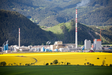 ruzomberok: RUZOMBEROK, Eslovaquia - 9 de mayo: F�brica de Mondi en la ciudad Ruzomberok el 9 de mayo de 2014 en Ruzomberok