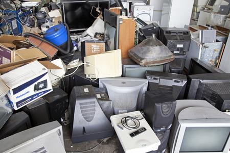 RUZOMBEROK, SLOWAKIJE - 25 april: Elektronisch afval op een stortplaats in het centrum van de stad op 25 april 2014 in Ruzomberok