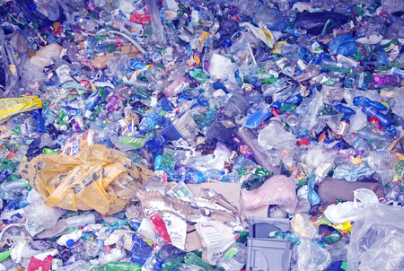 ruzomberok: RUZOMBEROK, ESLOVAQUIA - 25 de abril: Los residuos de pl�stico en un vertedero en el centro de la ciudad el 25 de abril de 2014 en Ruzomberok
