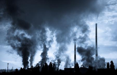 Luchtvervuiling (fabriek Mondi in de stad Ruzomberok, Slowakije) Stockfoto