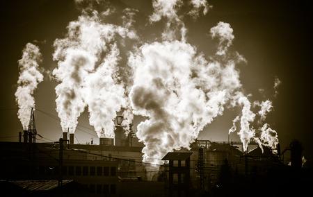 contaminacion del aire: La contaminaci�n del aire - f�brica en la ciudad de Ruzomberok, Eslovaquia Foto de archivo