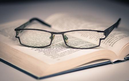 Open boek en glazen
