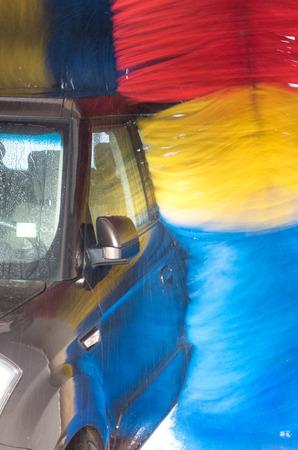auto lavado: Coche en carwash - cerca