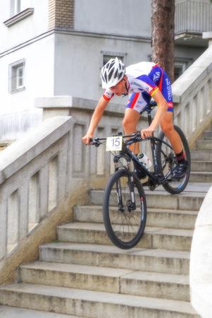 bajando escaleras: RUZOMBEROK, Eslovaquia - 4 de septiembre: Mountain Bike Race - escaleras abajo llamados Ruzomberske Schody el 4 de septiembre de 2016 Ruzomberok Editorial
