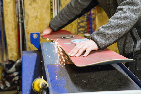 スノーボードのメンテナンス。研削・ スパークス