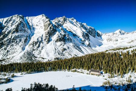 Sneeuw bevroren pleso van meerPopradske in bergen van de winter de Hoge Tatras, Slowakije