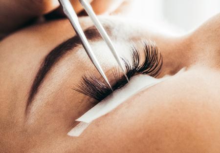 Beautician making artificial 4D lashes. eyelash extension procedure Stockfoto