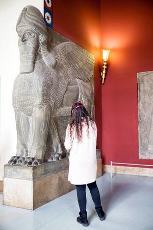 winged lion: Lamassu en la cámara asiria en el museo de Pérgamo Berlín, Alemania