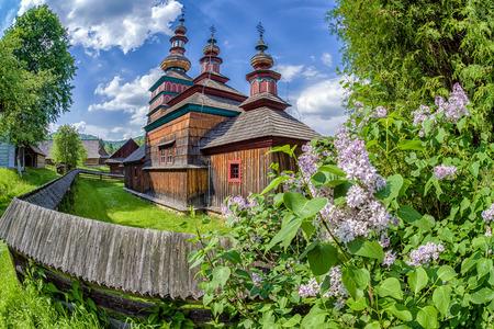 L'église grecque catholique en bois de la protection de la Très Sainte Mère de Dieu de Mikulasova au musée Saris à Bardejov, Slovaquie Banque d'images - 84248030