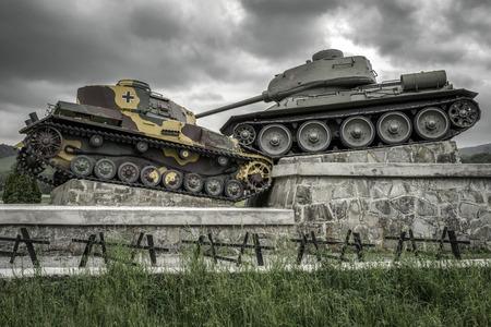 SVIDNIK, ESLOVAQUIA - 14 DE MAYO: Monumento famoso del tanque de la Segunda Guerra Mundial en el valle de la muerte - paso de Dukla el 14 de mayo de 2017 en Svidnik