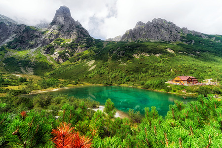 Tarn Zelene Pleso y cabaña en las montañas de High Tatras en Eslovaquia. Paisaje alpino de verano alpino